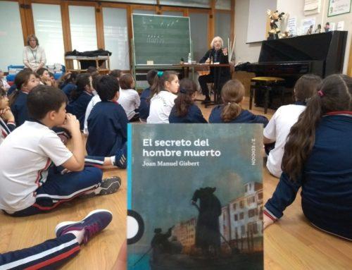 """Los alumnos de 5° y 6° reunidos con Joan Manuel Gisbert, autor del libro """"El secreto del hombre muerto"""""""
