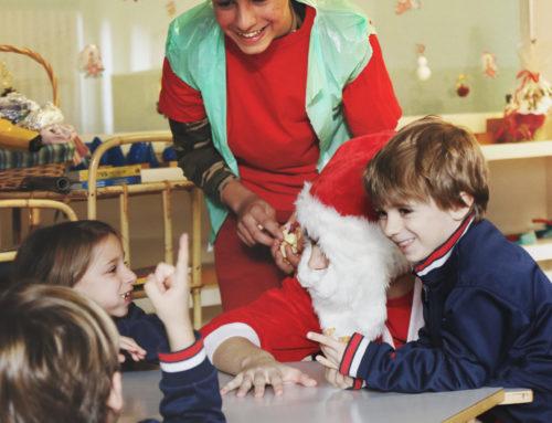 Alumnos y alumnas de ciclos formativos y Bachillerato se visten de Reyes Magos para los más pequeños y en la ESO se visten de Papá Noel y crean un Belén con material reciclado.